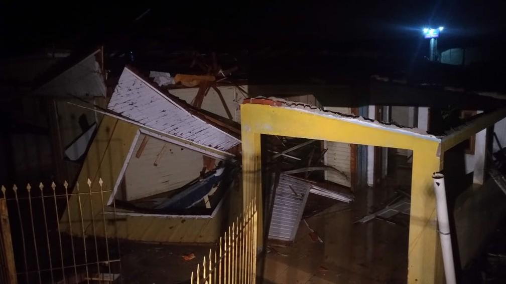 Casas foram parcialmente destruídas com o temporal — Foto: Toni Mattoso/RPC