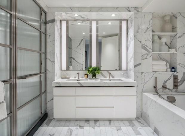O mármore branco reveste todo o banheiro e confere luxo (Foto: Related Companies/ Reprodução)
