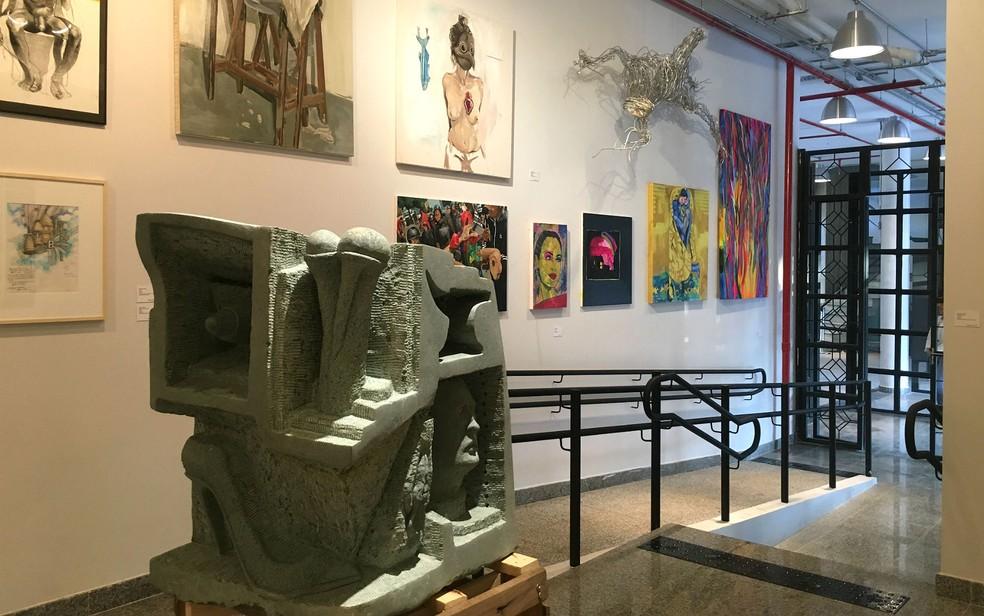Mostra 'Onde anda a Onda III' exibe quadros, instalações e esculturas inéditas de artistas visuais de Brasília no Espaço Cultural Renato Russo (Foto: Luiza Garonce/G1)