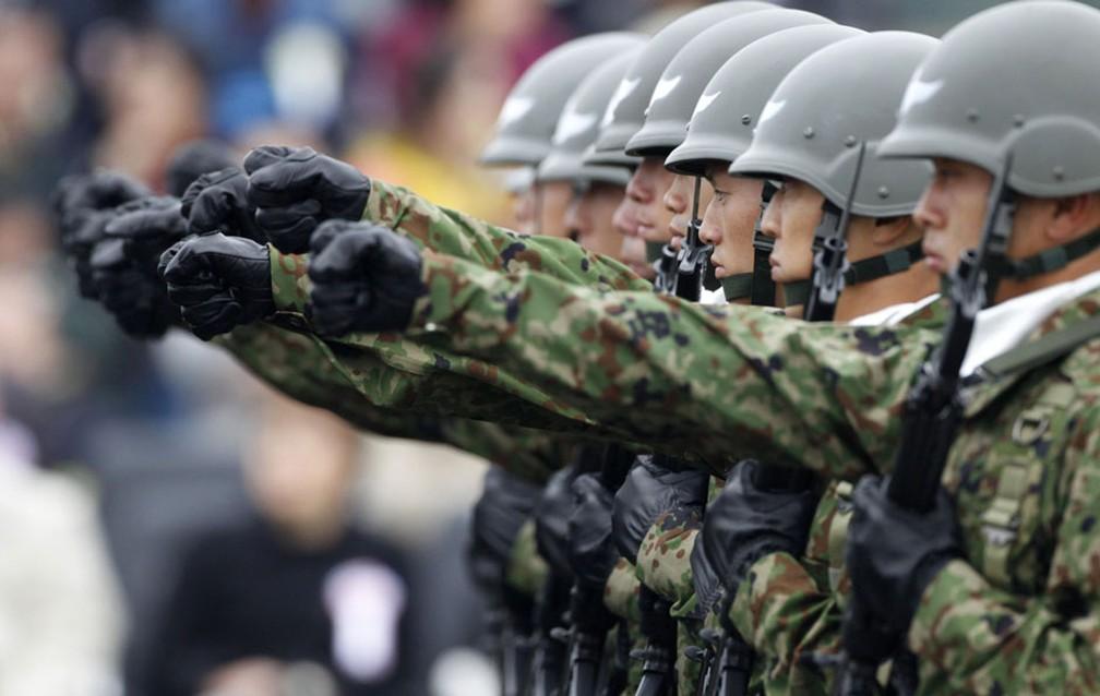 Exército japonês realiza marcha em unidade aérea durante a revisão dos militares na Base Asaka, em imagem de 2016 — Foto: Issei Kato / Reuters