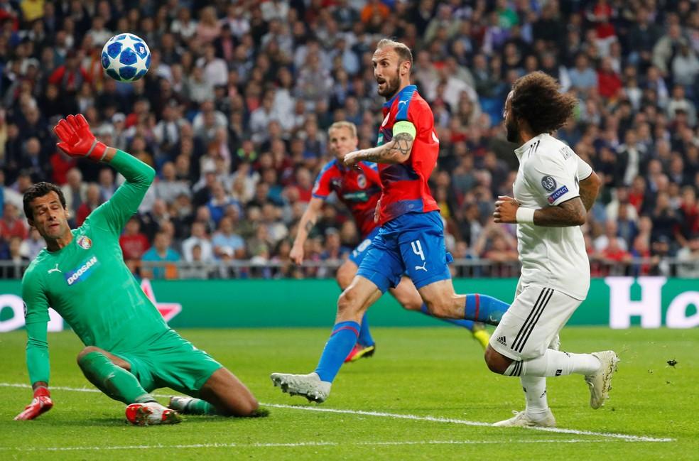 Marcelo dá cavadinha diante do goleiro Hruska na vitória do Real Madrid sobre o Viktoria Plzen — Foto: REUTERS/Paul Hanna
