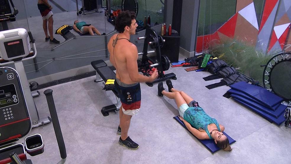 Maycon diz a Paula: 'Você tem que conseguir acabar com aquele grupo' — Foto: TV Globo