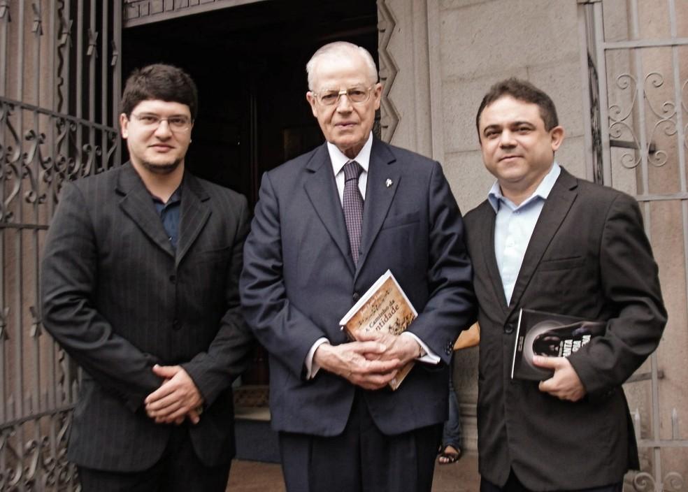 Da esq. para a dir., o designer Cicero Moraes, o tetraneto de d. Pedro I e o advogado José Lira, idealizador do projeto (Foto: Cícero Moraes)