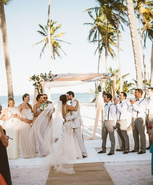 O branco e o off-white dos vestidos das madrinhas não ofuscou o brilho da noiva. Ao invés disso, valorizou a decoração e a paisagem (Foto: Pinterest/ Reprodução)
