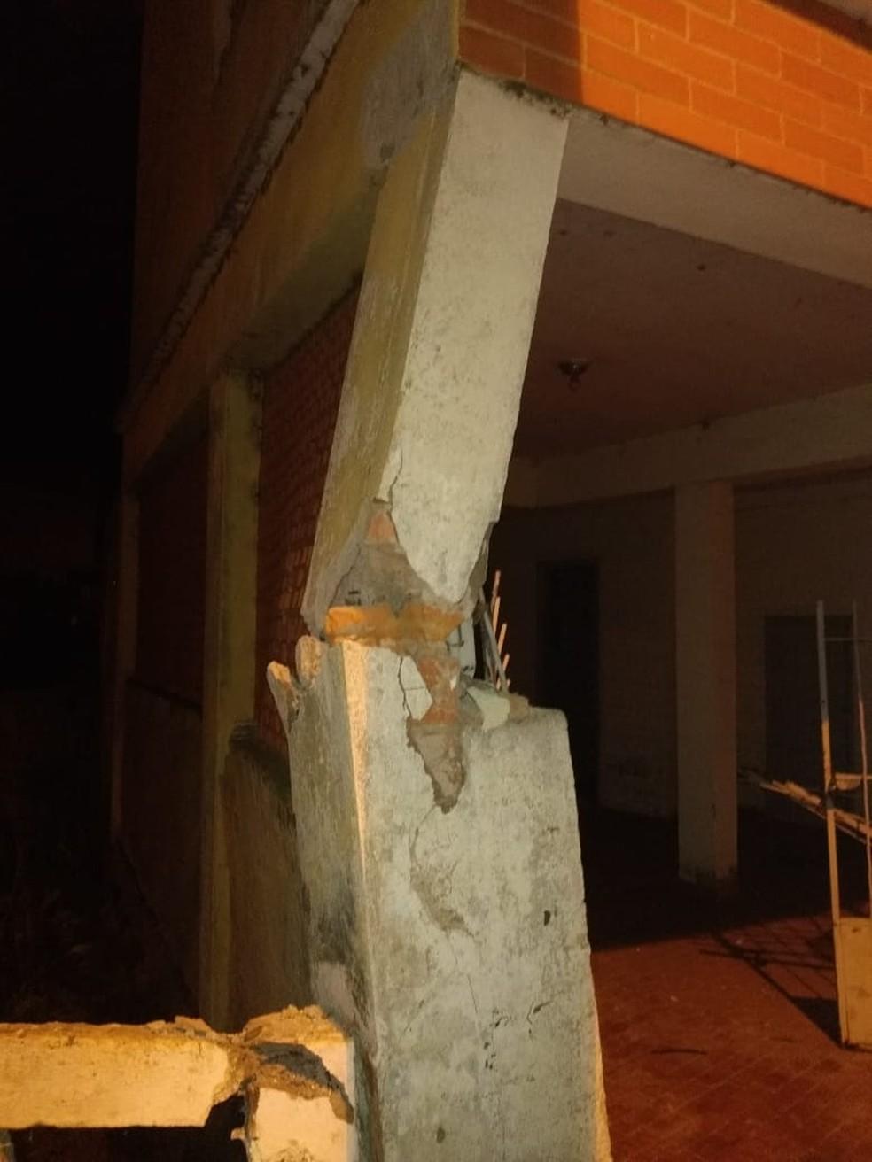 Coluna ficou danificada após ser atingida por carro com sete jovens em Lambari — Foto: Corpo de Bombeiros de Três Corações