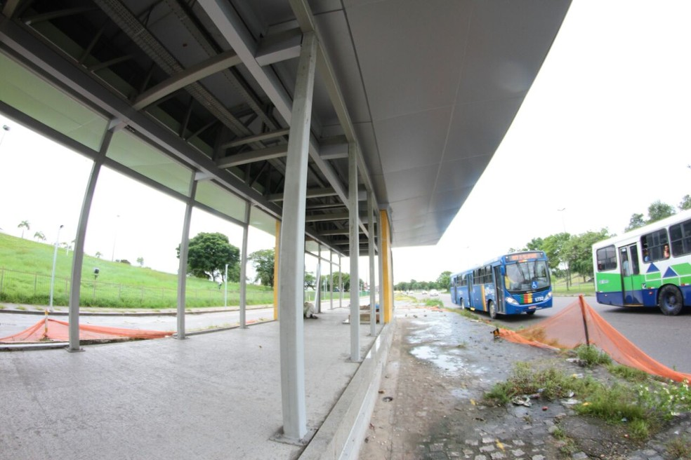 Estação de BRT em frente ao Centro de Convenções de Pernambuco não foi concluída; ela faz parte do Corredor Norte-Sul, prometido para a Copa do Mundo de 2014 (Foto: Marlon Costa/Pernambuco Press)