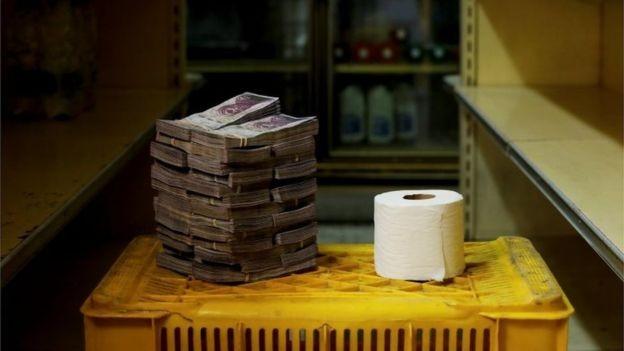 Inflação na Venezuela é hoje de longe a mais alta da América Latina; na foto, a pilha de bolívares necessária para comprar um papel higiênico (Foto: Reuters via BBC News Brasil)