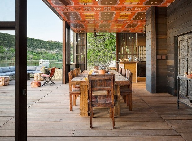 O teto pintado em uma estampa afro torna a decoração rústica mais especial (Foto: Cocozy/ Reprodução)