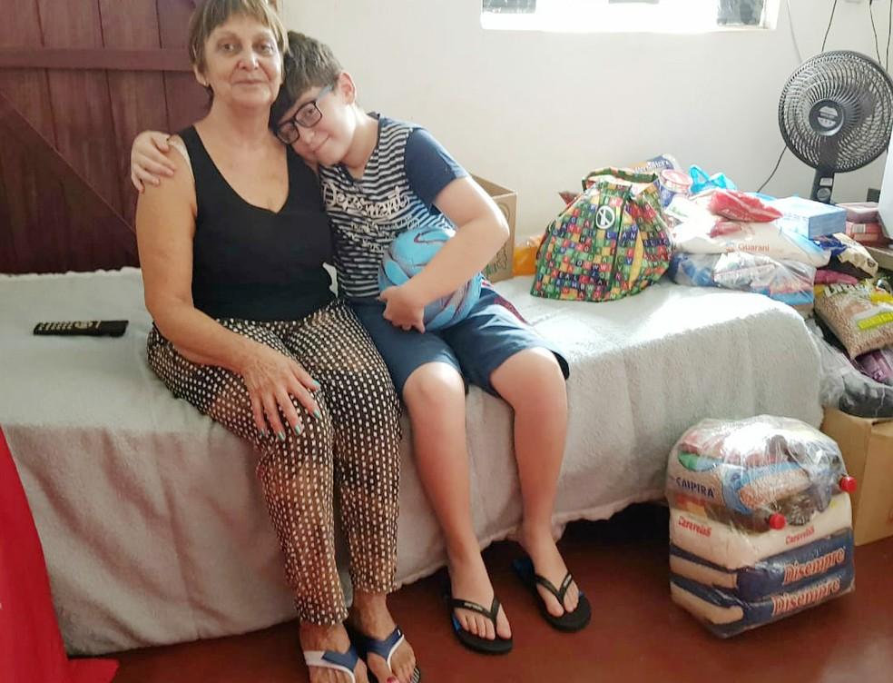 Bruno Cintra, de 12 anos, e a avó Maria Sueli Cintra, em Franca (SP) — Foto: Stella Reis/EPTV
