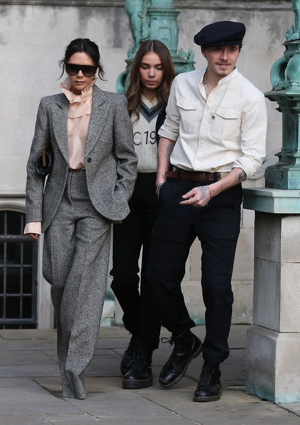 Victoria com Brooklyn e sua namorada, Hana (Foto: Getty Images)