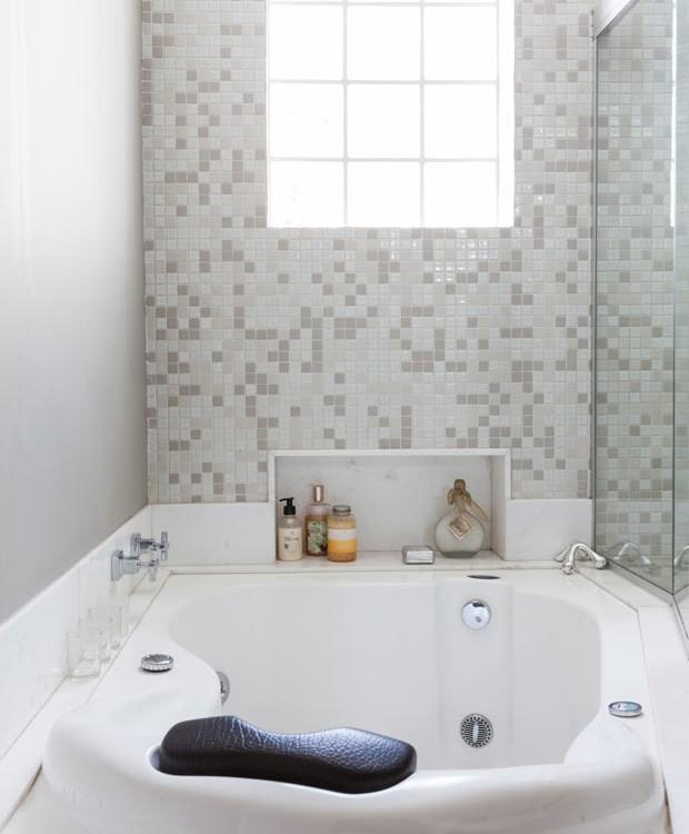 casa-arquiteta-selma-de-sa-moreira-banheiro-banheira (Foto: Lufe Gomes/Editora Globo)
