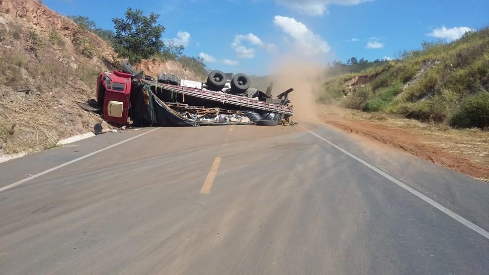 Caminhão carregado de arames tombou e deixou BR-251 interditada por duas horas  (Foto: PRF/Divulgação)