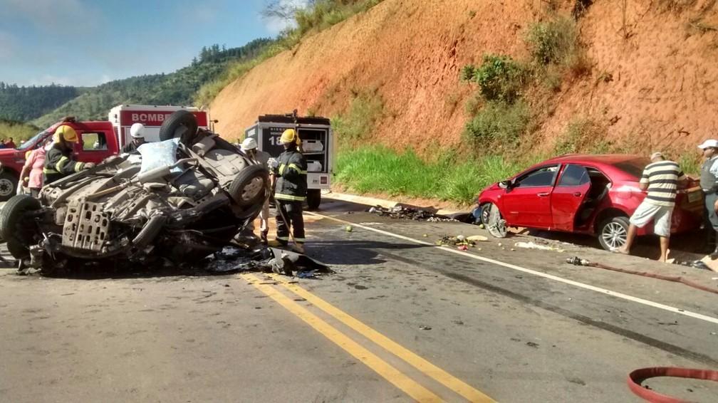 Acidente envolvendo dois carros deixou cinco mortos (Foto: Alessandro Bacheti / TV Gazeta)