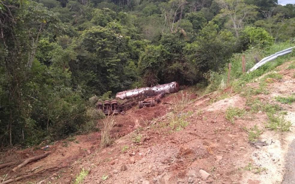 Caminhão carregado com sangue saiu da pista e tombou na cidade de Goiás (Foto: Corpo de Bombeiros/ Divulgação)