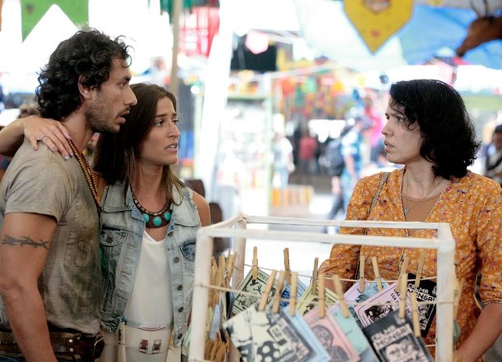 Em 'Flor do Caribe', Lino (José Henrique Ligabue) e Carol (Maria Joana) encontram Jurema Batista (Dadá Coelho), que os leva até Maria Adília (Inez Viana) — Foto: Globo