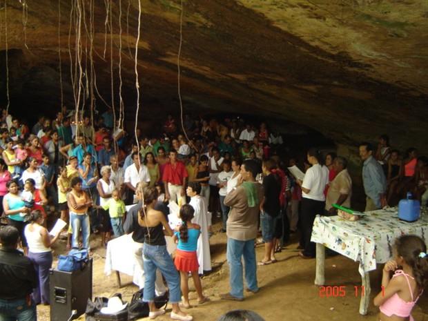 Fiéis na gruta no ano de 2005; celebração é tradição há mais de 50 anos na cidade (Foto: Unitins/NUTA/Divulgação)