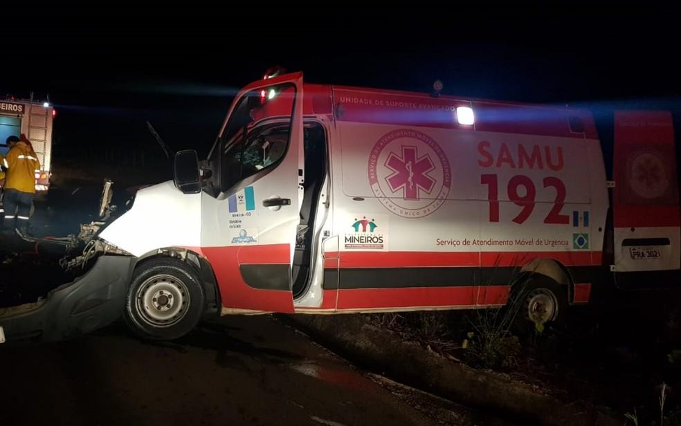 Acidente entre ambulância e carreta fere 4 pessoas com gravidade na BR-060 — Foto: PRF/Divulgação