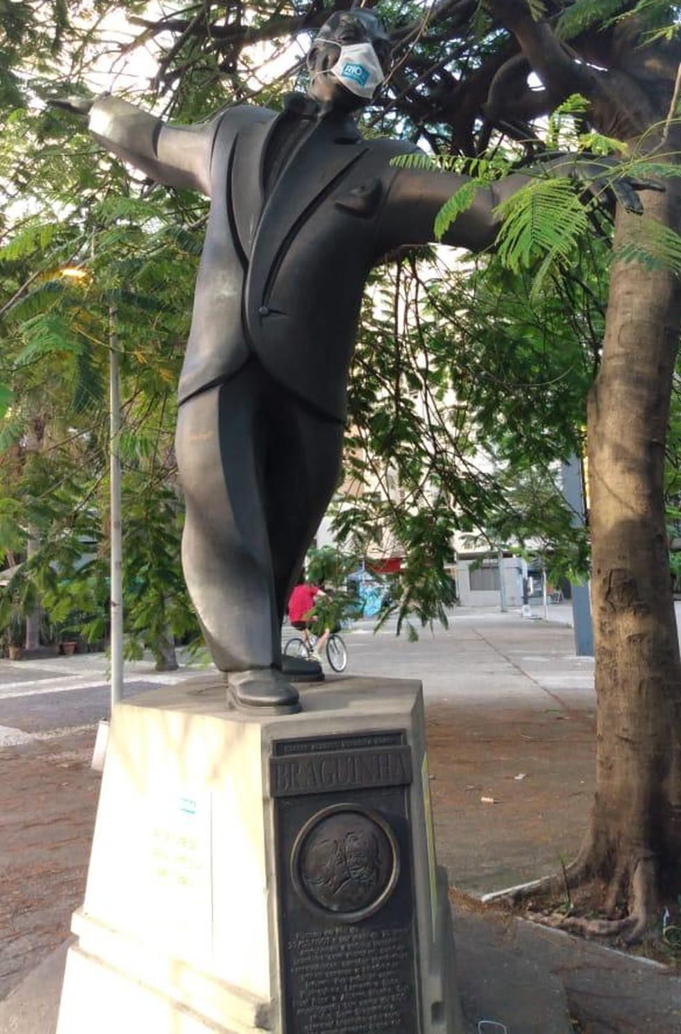 Estátua do compositor Braguinha, em Copacabana, usando máscara — Foto: Divulgação/ Prefeitura do Rio