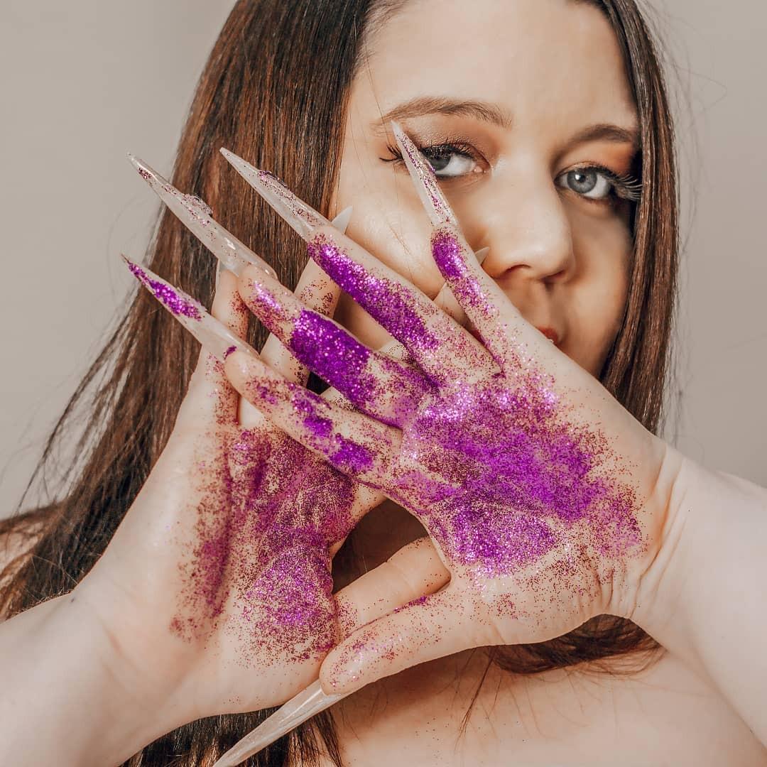 Manicure viraliza ao produzir unhas de até 12 cm com pedaços de dólar e imitação de cannabis