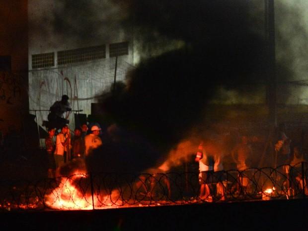 Presidiários fazem uma fogueira na noite de terça-feira (17) durante rebelião na Penitenciária de Alcaçuz, perto de Natal, no Rio Grande do Norte (Foto: Andressa Anholete/AFP)