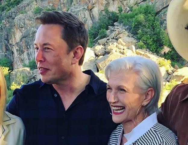 O empresário Elon Musk com a mãe (Foto: Instagram)