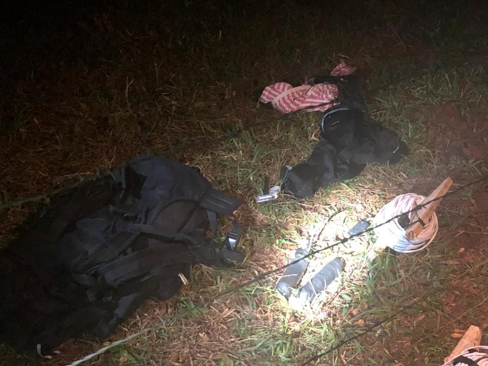Antes de serem capturados, dois suspeitos abandonaram mochilas carregadas com munição e explosivos (Foto: Polícia Civil/Divulgação)