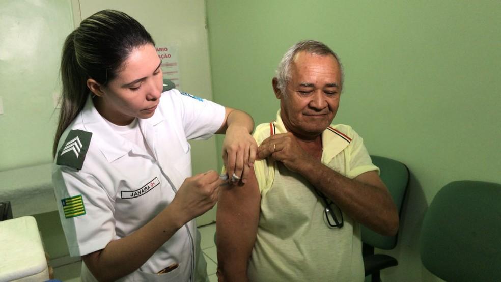 No Hospital da PM, em Teresina, vacinação contra a gripe acontece para todos os públicos (Foto: Felipe Pereira/TV Clube)