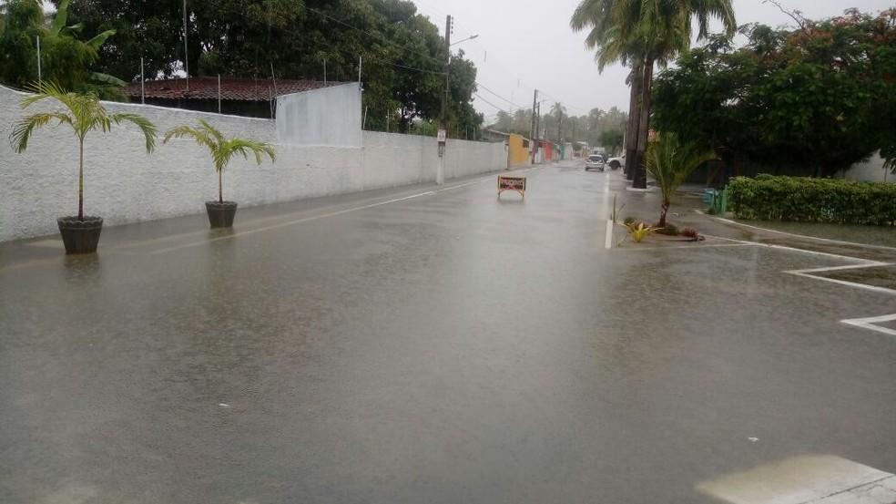 Entrada do Condomínio Santos Dumont, em Parnamirim, foi tomada pela água da chuva (Foto: Cedida)