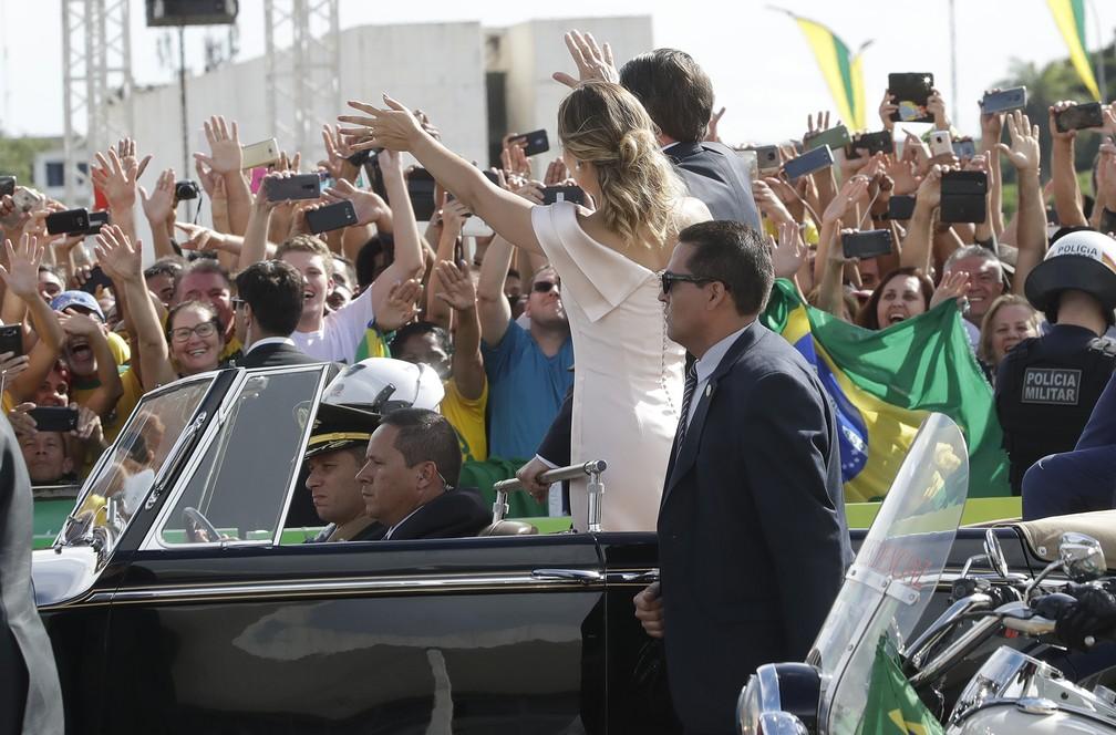 Bolsonaro e a primeira-dama, Michelle, em desfile na Esplanada dos Ministérios — Foto: Andre Penner/AP