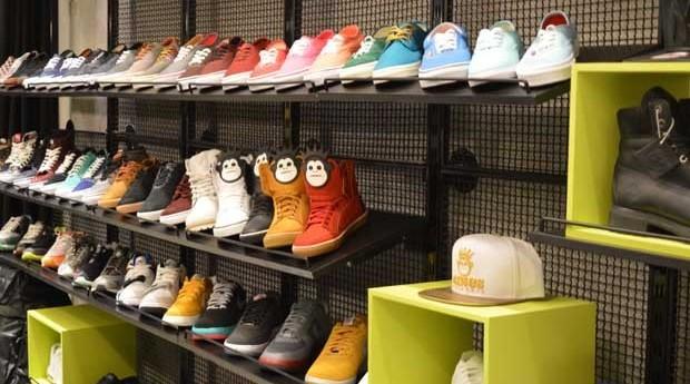 Tênis de marcas diversas, inclusive da Kings, expostos em loja da marca (Foto: Divulgação)