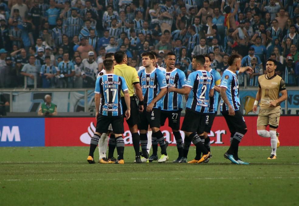 Jogadores do Grêmio deixam reclamações com a arbitragem no passado (Foto: Diego Guichard)