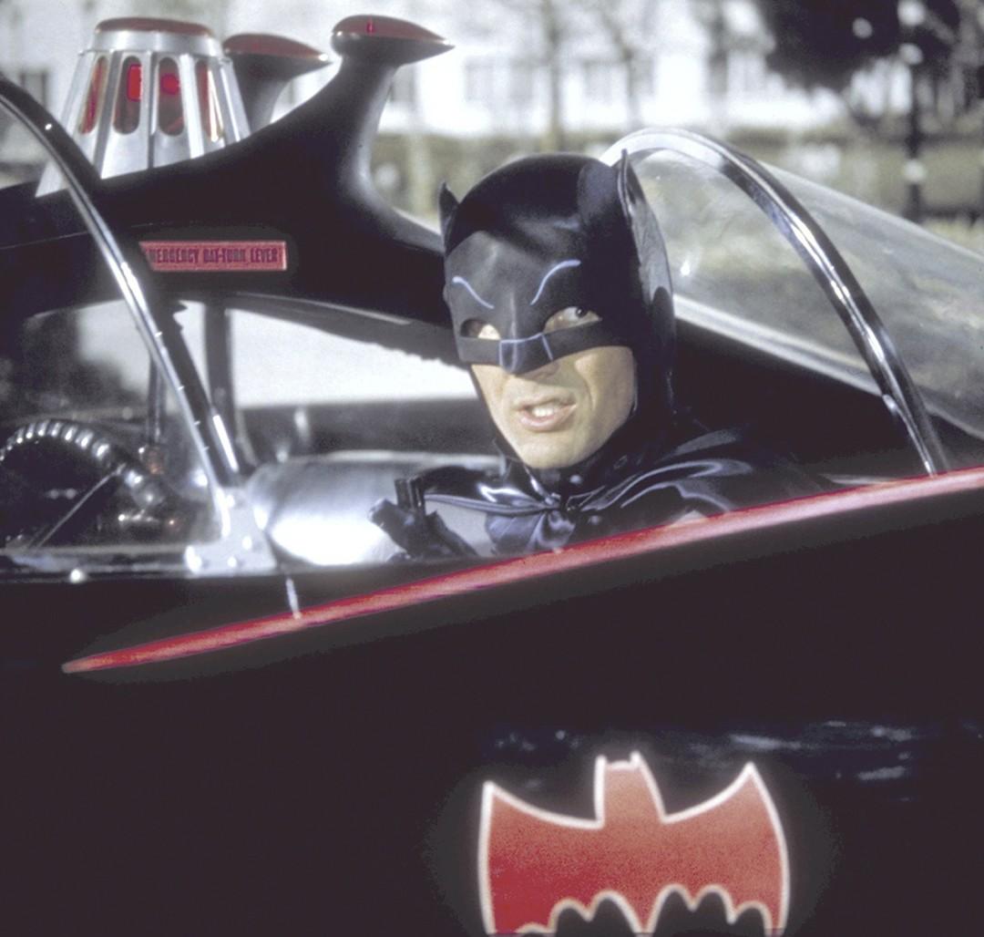 Adam West em seu icônico Batmóvel (Foto: Getty Images)