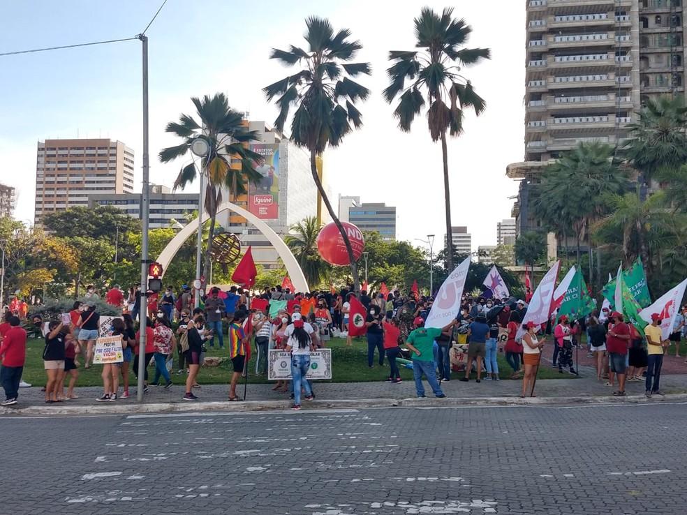 Manifestantes na concentração do protesto em Fortaleza — Foto: Halisson Ferreira/Sistema Verdes Mares
