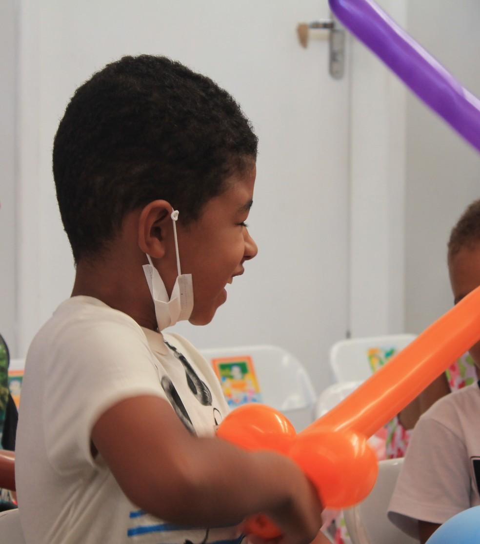Vitor Ian celebra o dia das crianças com a felicidade de estar entrando na fase de manutenção — Foto: Lucimário Souza/ TV Grande Rio