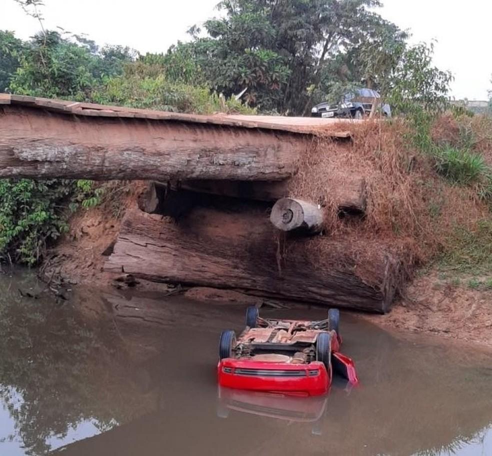 Carro cai dentro de rio em Alto Paraíso — Foto: PM/Reprodução