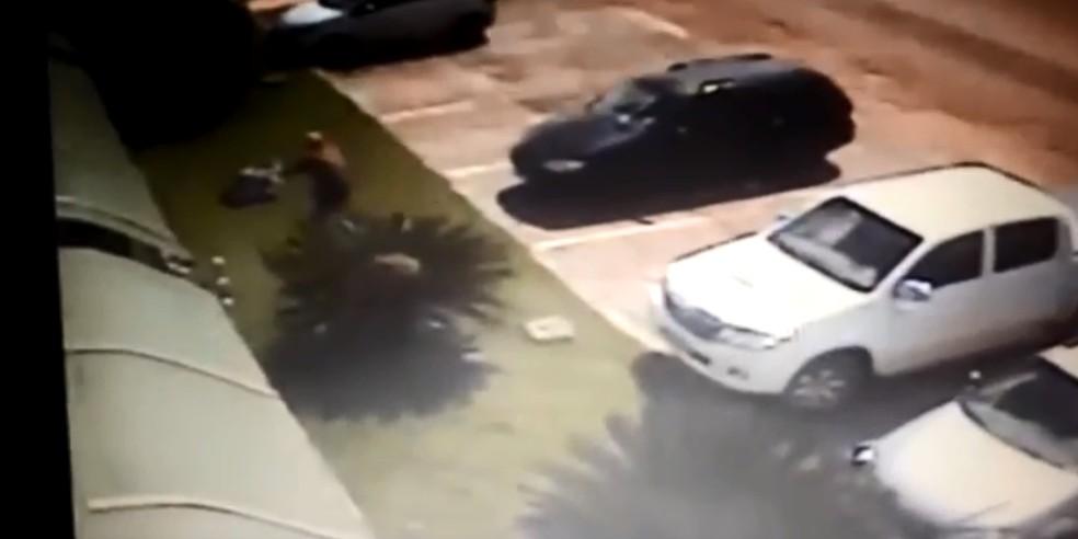 Suspeito atira em procurador — Foto: Reprodução