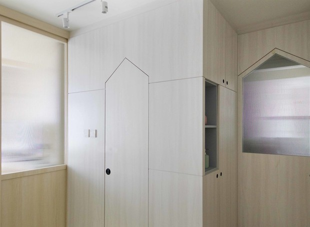As portas estreitas tão acesso para o banheiro, quarto e cozinha (Foto: Sim-Plex/ Reprodução)