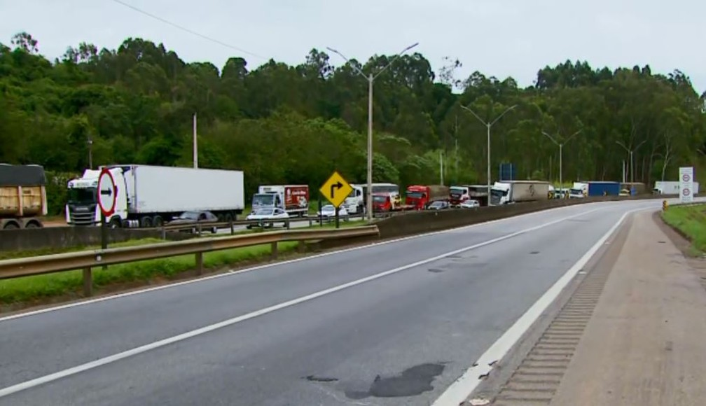 Congestionamento provou novo acidente na Rodovia Fernão Dias em MG — Foto: Reprodução/EPTV