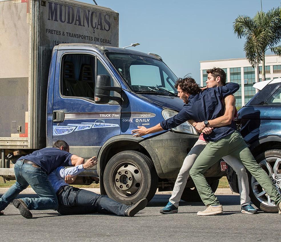 Apolo (Malvino Salvador) e Beto (João Baldasserini) brigam após batida de carro em 'Haja Coração' - Tv Globo — Foto: Fabiano Battaglin/Gshow