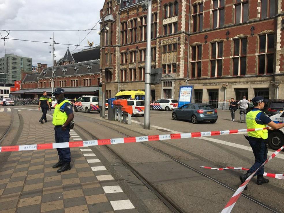 Estação Ferroviária Central de Amsterdã, na Holanda, foi isolada nesta sexta (31) depois que duas pessoas ficaram feridas com faca   (Foto: Germain Moyon / AFP)
