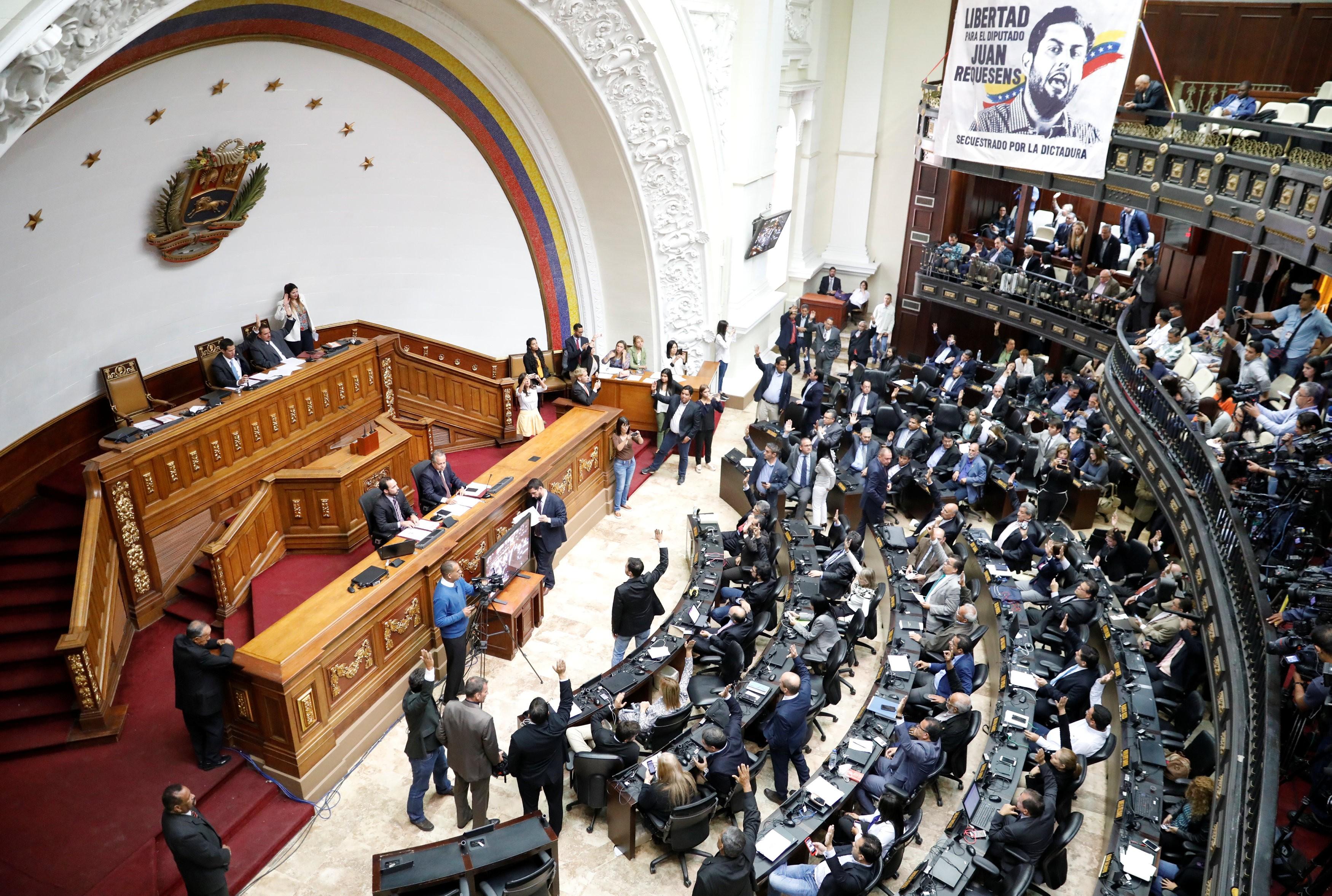 Assembleia Nacional da Venezuela declara Nicolás Maduro 'usurpador' do cargo de presidente