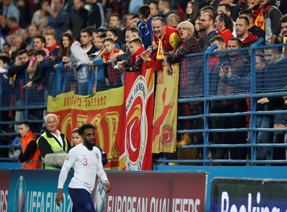 Torcedores de Montenegro ofenderam Danny Rose com manifestações racistas — Foto: Carl Recine/Reuters
