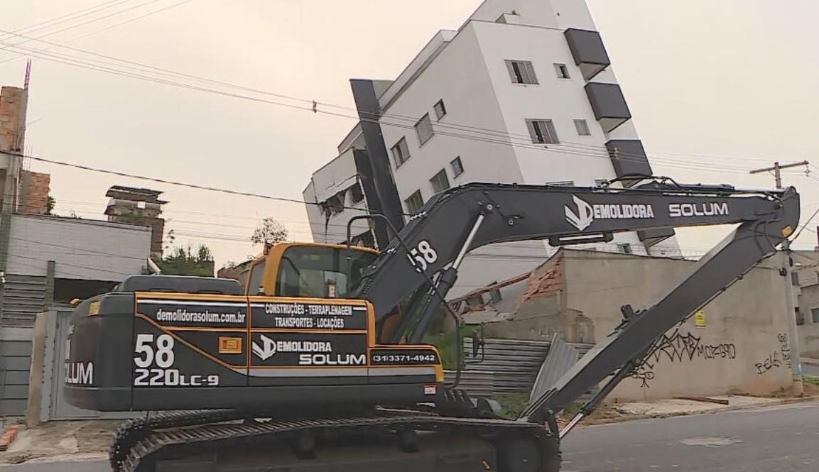 Mais de uma semana após tombar, prédio inclinado deve começar a ser demolido nesta quarta em Betim, na Grande BH