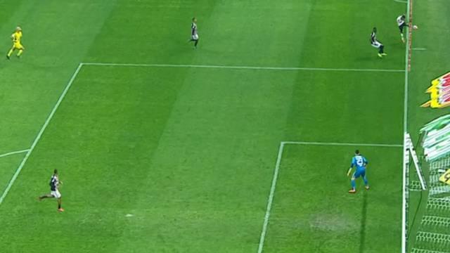 No cruzamento de Clayson, do Corinthians, a bola já tinha passado da linha de fundo