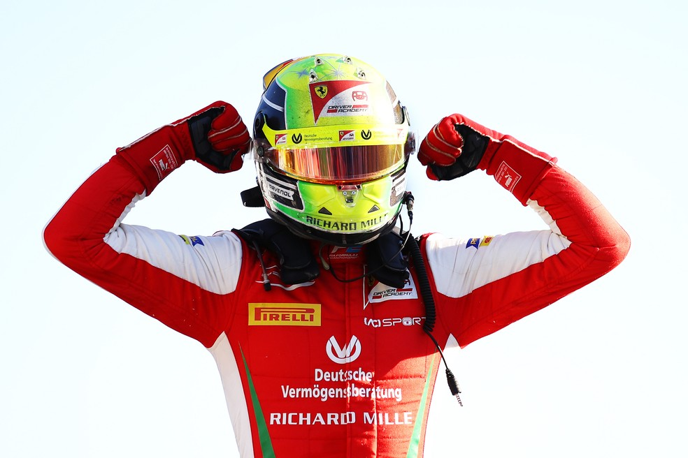 Mick Schumacher comemora vitória na F2 em Monza — Foto: Getty Images