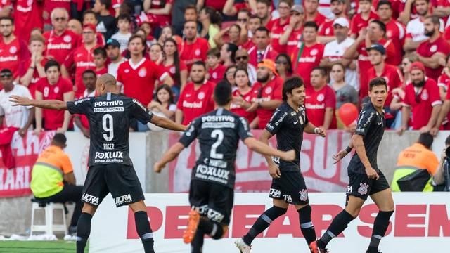 Mateus Vita comemora o gol do Corinthians