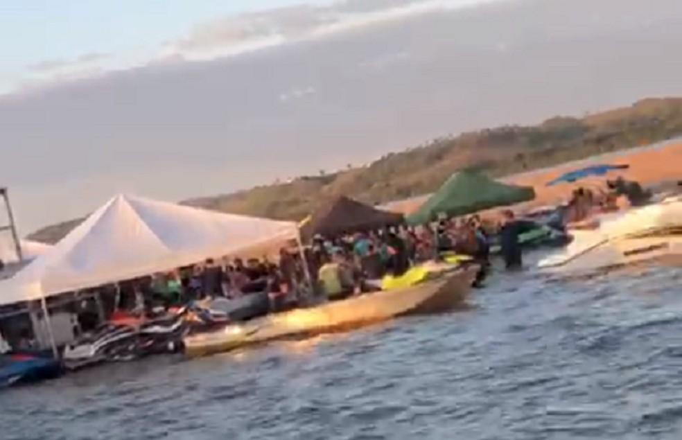 Centenas de pessoas se juntaram para fazer festa ilegal na Praia do Escapole — Foto: Reprodução