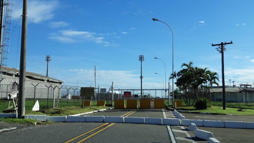 Avião retornou ao terminal de Viracopos, em Campinas — Foto: Eduardo Rodrigues / EPTV