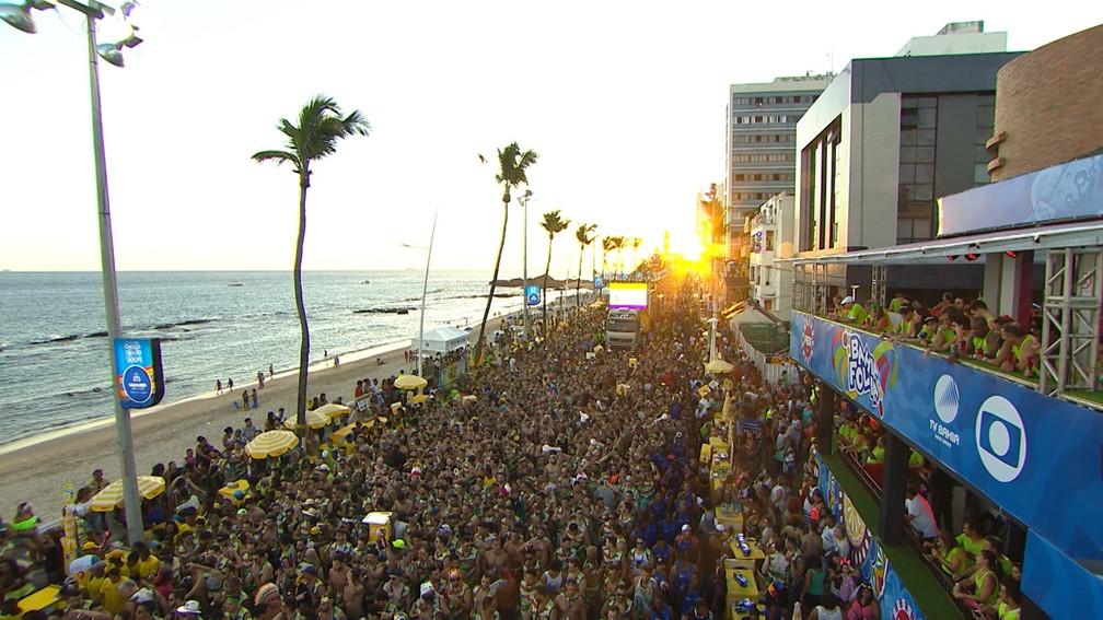 Multidão acompanha passagem de trios no circuito Barra/Ondina — Foto: Reprodução / TV Bahia