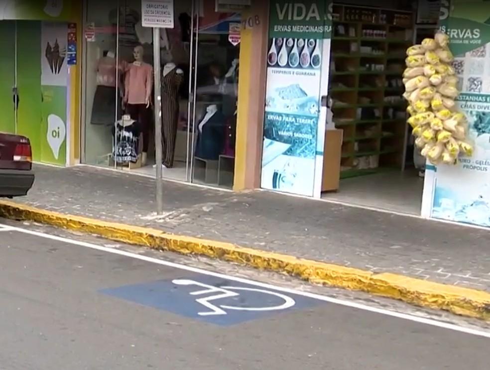 Lei permite a utilização de vagas de estacionamento preferenciais por quem tem fibromialgia — Foto: Reprodução/TV Fronteira